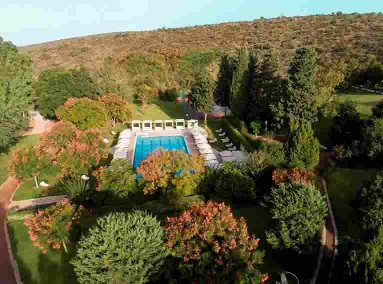 בריכה חיצונית - צילום על -אחוזת הבריאות והספא מלון ישרוטל יערות הכרמל