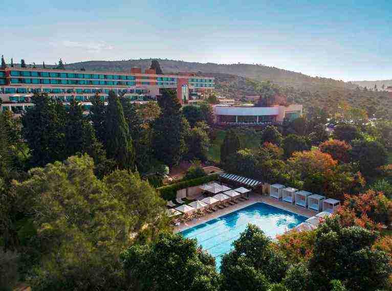 צילום על בריכה עם המלון ברקע - צילום רחפן -אחוזת הבריאות והספא מלון ישרוטל יערות הכרמל