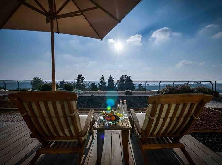 הנוף שנשקף אל מול היער מהמרפסת החיצונית מלון יוקרה יערות הכרמל - מבית ישרוטל בחיפה